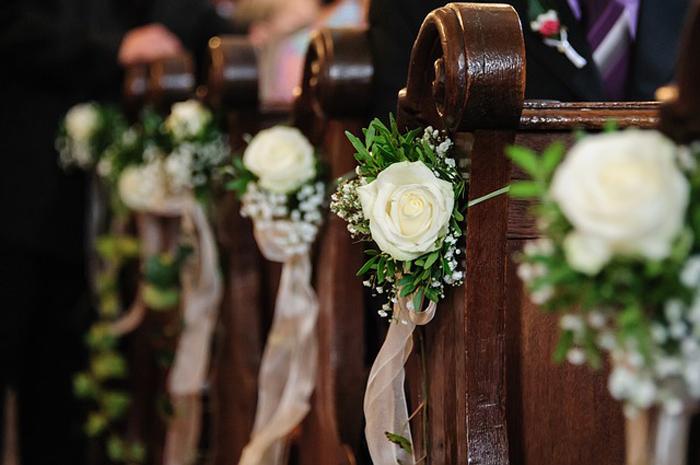 decorazioni floreali matrimonio in chiesa sulle panche
