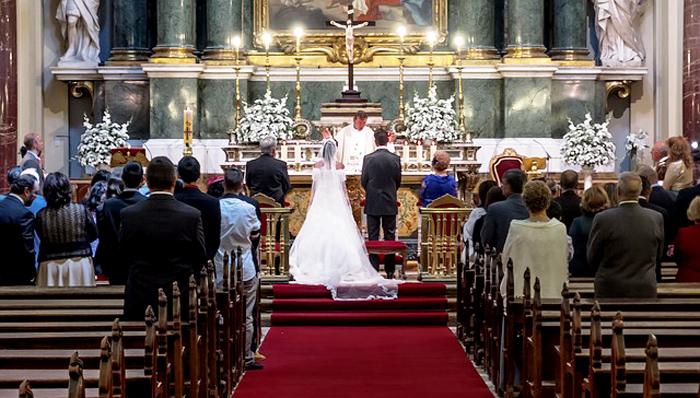 sposi all'altare durante matrimonio in chiesa