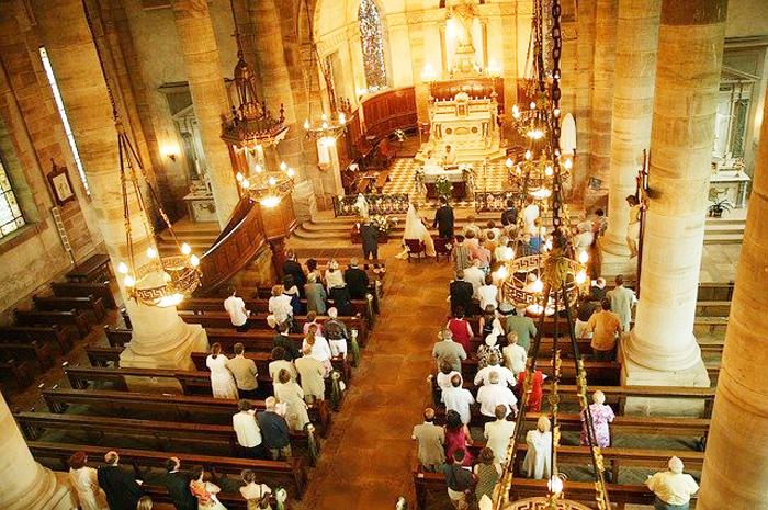 visione dall'alto del matrimonio in chiesa