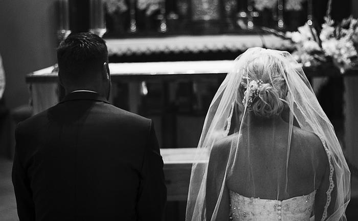 sposi durante il rito del matrimonio in chiesa