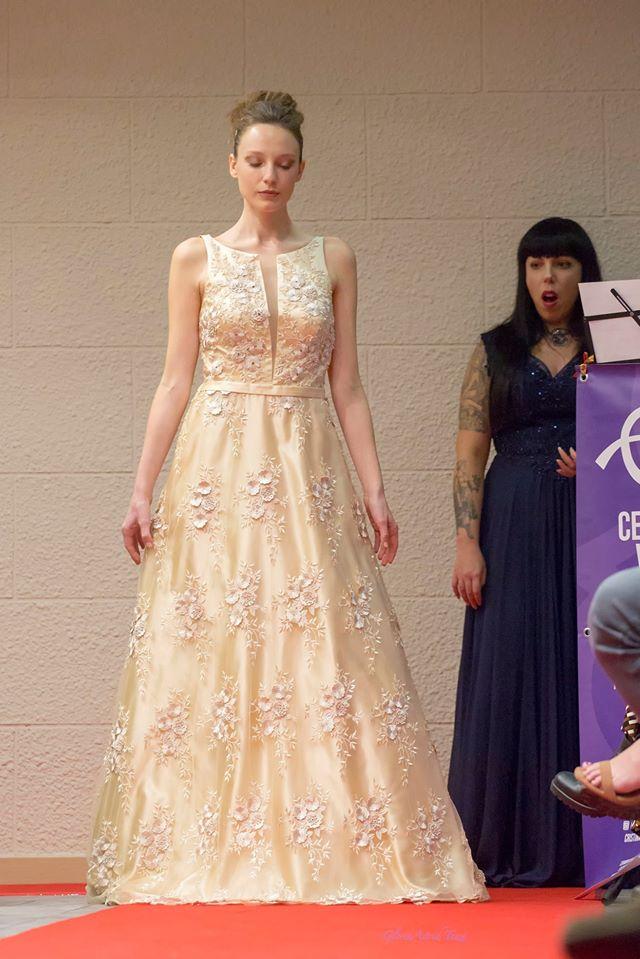 musica da sfilata di moda con Cerimonia Vocale che dà voce all'abito di punta dell'evento