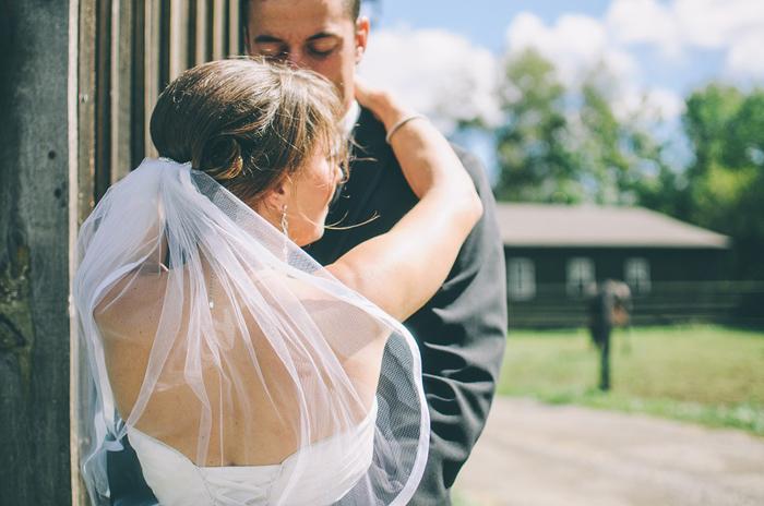 musica per matrimonio civile sposi che si abbracciano